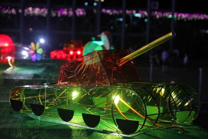 特别邀请本地扎作师傅,制作一顶中式造型花灯,并运用机械装置营造出多
