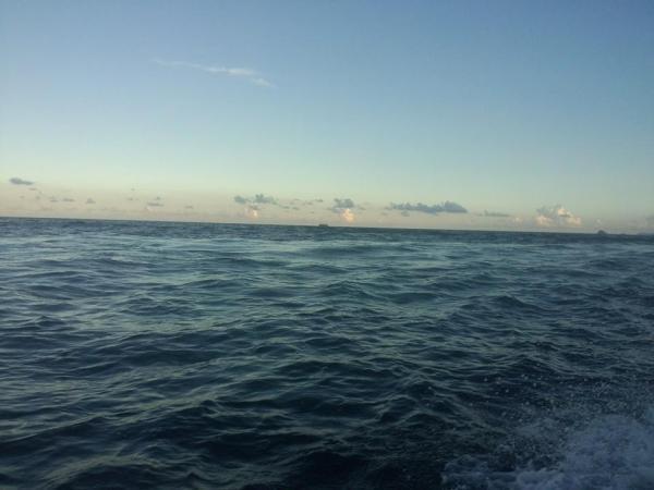 蓝天白云,幼沙,热天,冰凉海水~ 呢度有士多,可以借沙滩用品,食野,冲